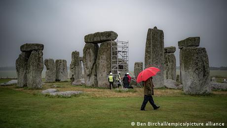 Work begins on the Stonehenge monument