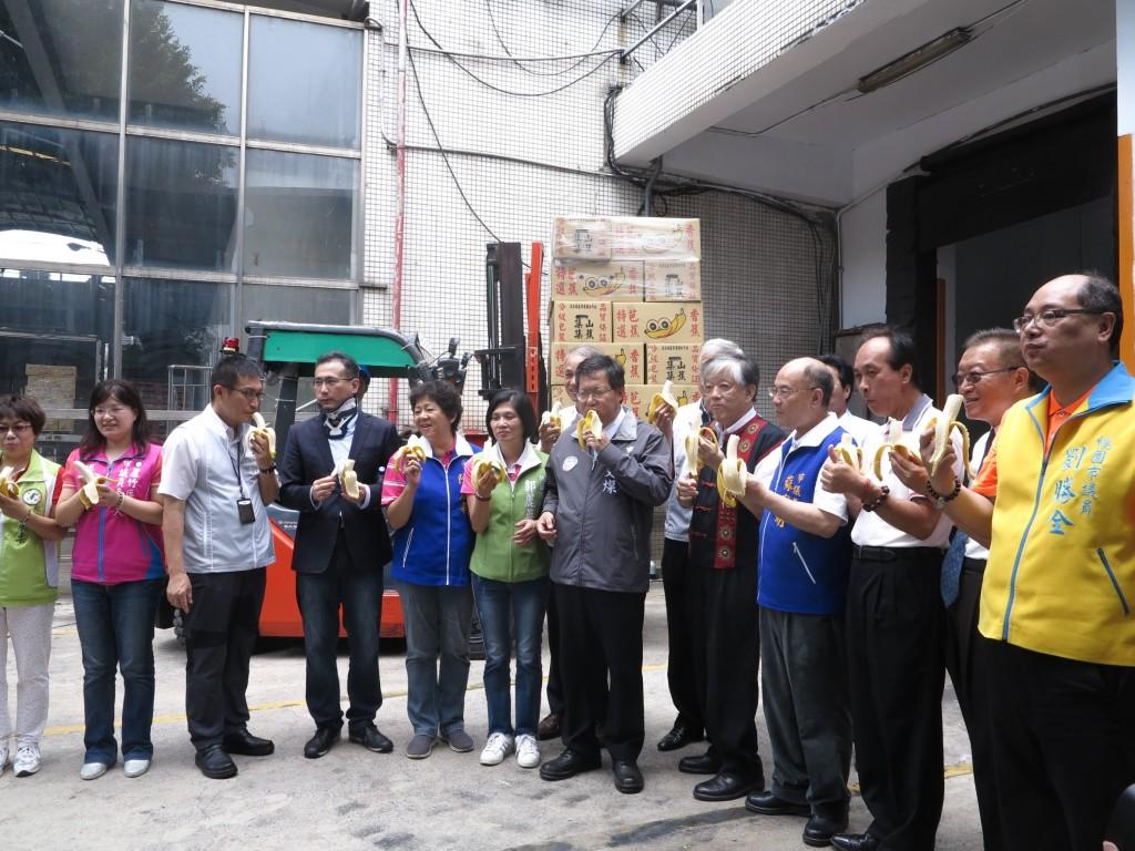 農委會農糧署陳署長,桃園市鄭市長,義美食品高志明總經理以及高雄農業局鄭局長齊用行動支持台灣蕉農。(圖片來源:Taiwan News)