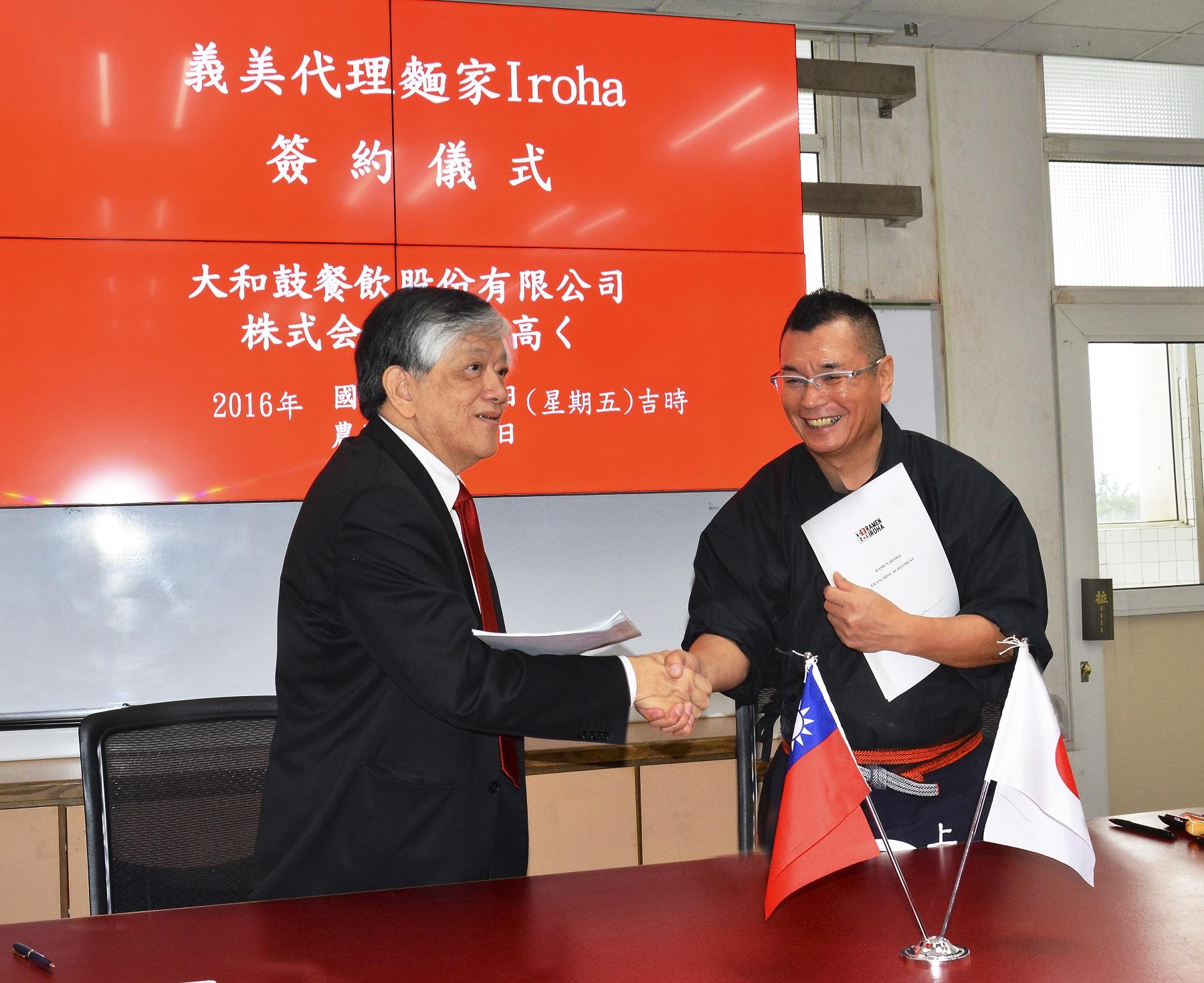 來自日本的麵家IROHA社長栗原清,9日在台灣與義美食品總經理高志明,進行簽約儀式。
