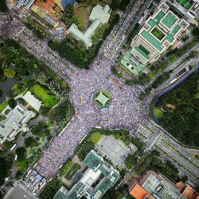 Overhead shot of supporters of same-sex marriage rally in Taipei on Dec. 10. (Image by aloha55688 on PTT)
