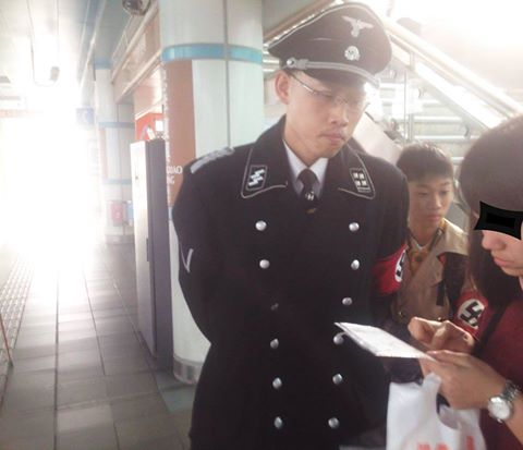 Two Taiwanese men dressed in Nazi uniforms spotted at Zhongxiao Fuxing MRT staion. (Photo posted in Another Side of Taiwan 台灣風情萬種 FB group)