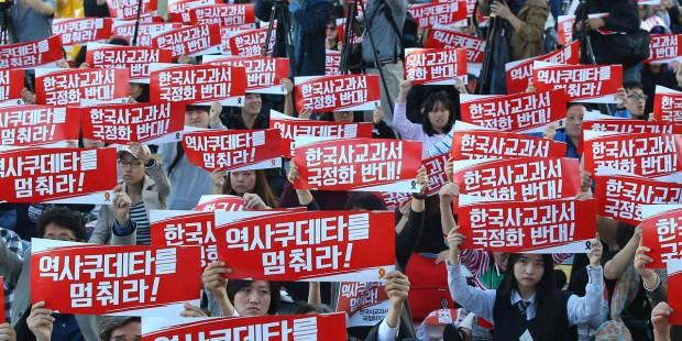 2015年10月,限用「國編版」歷史教科書政令發布時,引發大量韓國教師上街抗議。(圖片來源:Associated Press)