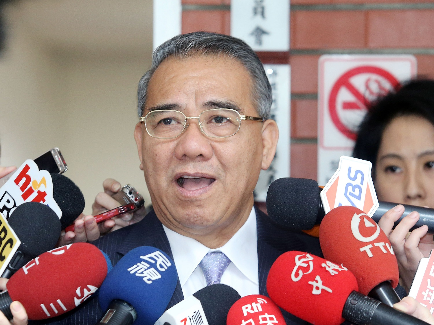 Sufin Siliko (Liao Kuo-tung,廖國棟), the KMT's legislative caucus whip, an Amis aborigine, called on Hung to step down.