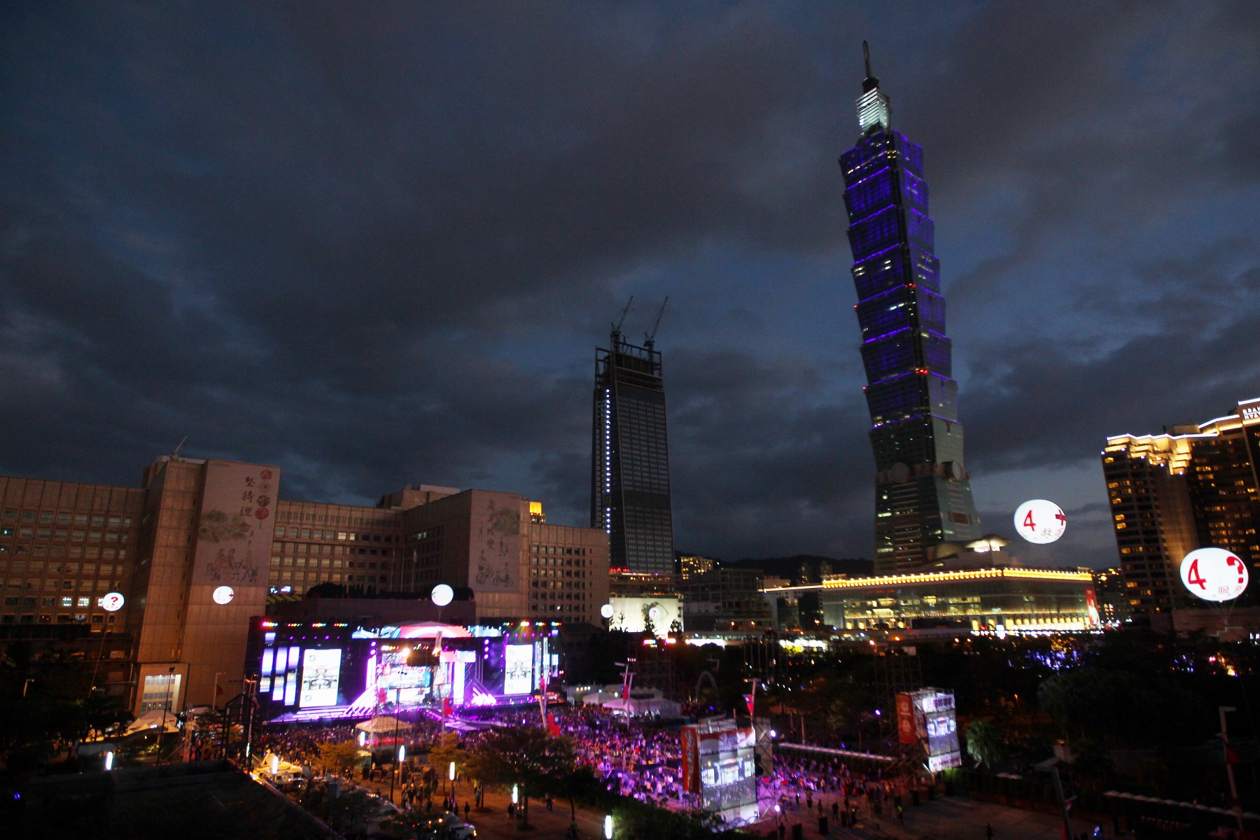 台北市跨年晚會31日晚間7時即將登場,許多民眾前往市府廣場周邊,準備迎接新年到來。