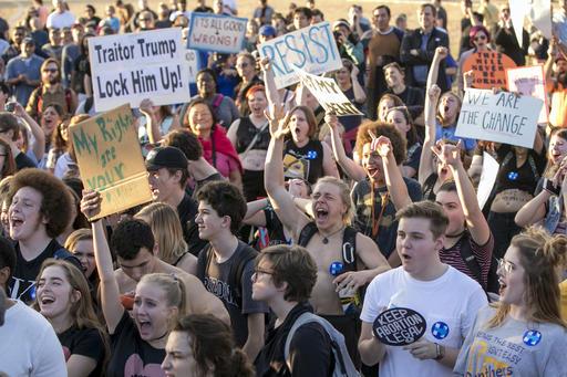 大批民眾在就職典禮場外群聚抗議,高喊「這不是我們的總統。」(圖片來源:Associated Press)