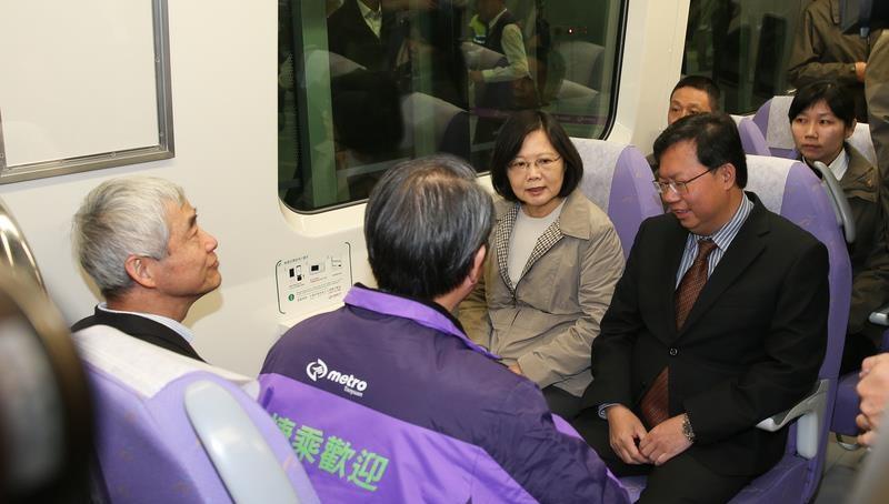 機場捷運今(2)日起進行為期1個月的試營運,桃園市長鄭文燦與桃園市議會議長邱奕勝搭乘首班列車。