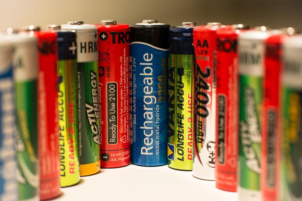 電池的發電方式是透過含有正負兩極電解質,使正負極的離子互相轉換,進行電解作用產生電力。(圖片來源:Pixabay)
