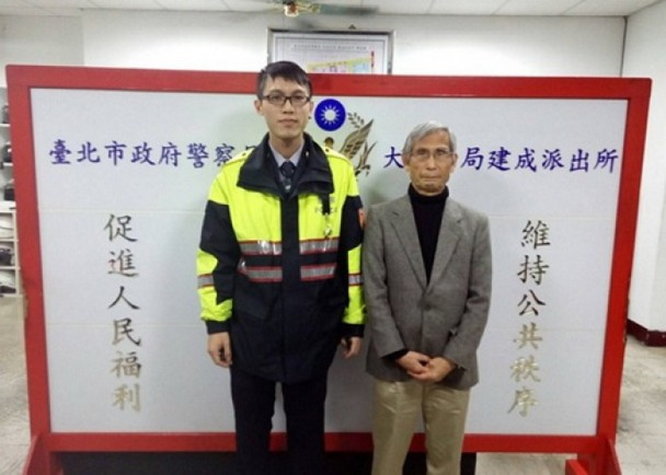 With the help of a Japanese-speaking police officer, a 75-year-old Japanese man who got lost in New Taipei City was able to unite with his family.  (p