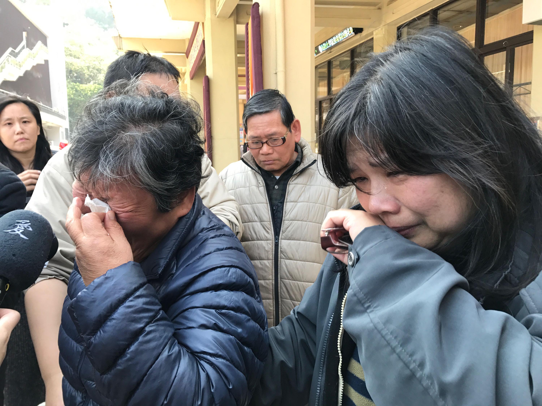 武陵農場賞櫻團13日晚間發生嚴重翻覆意外,造成多人傷亡。14日上午到第二殯儀館的家屬悲痛欲絕。