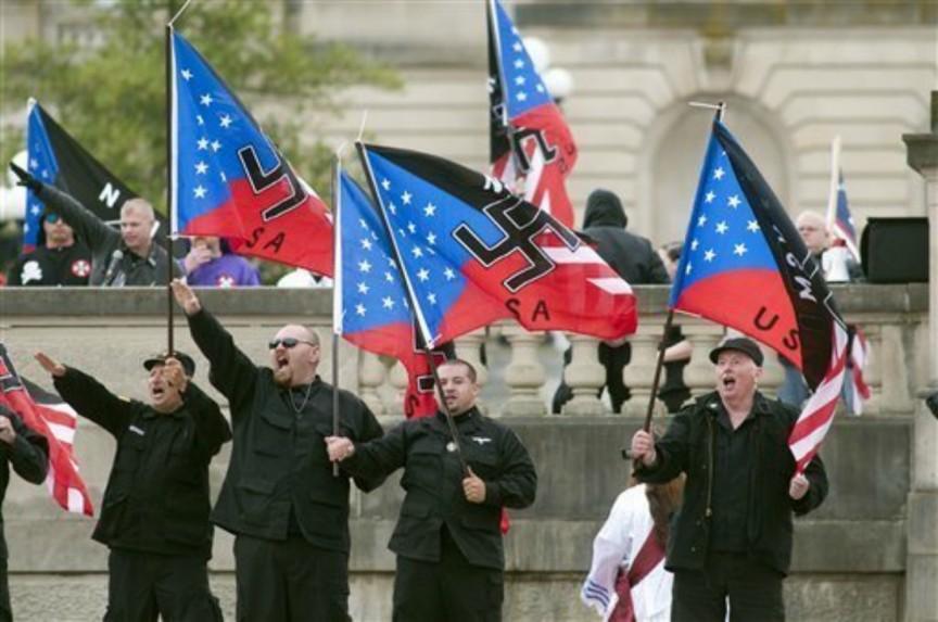 美國新納粹支持者上街遊行。
