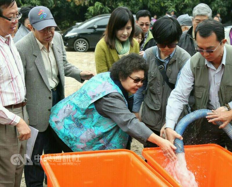陳菊前往高雄寶來視察該地區挖掘到的溫泉。