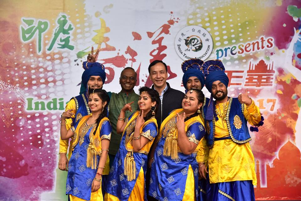 New Taipei Mayor Eric Chu with performers from Indian Spring Carnival