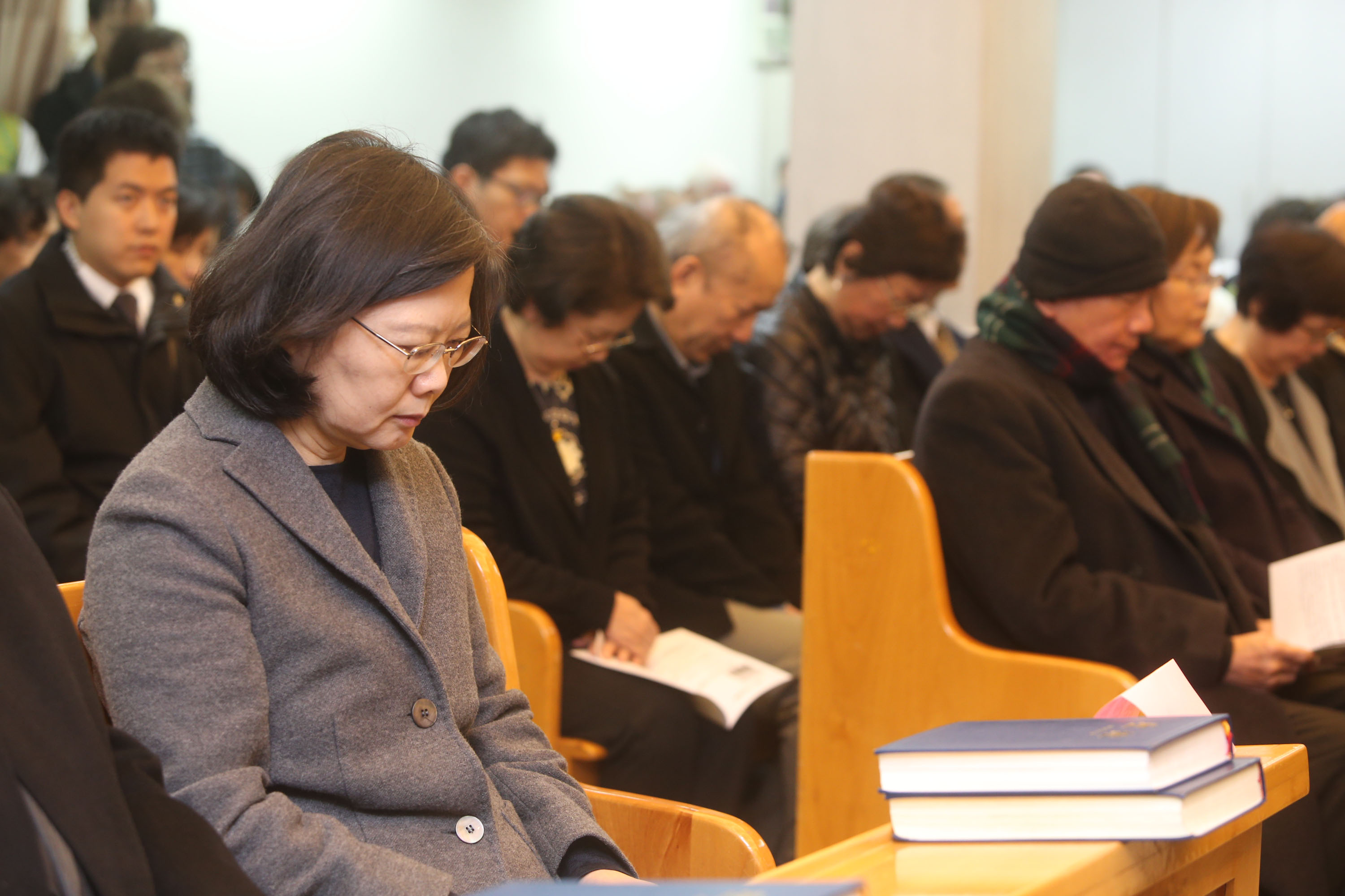 President Tsai (left) and Lin Yi-hsiung (reading, right).
