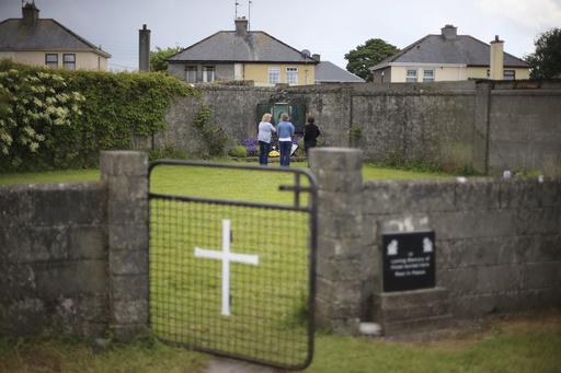 「母親與嬰兒之家」委員會昨(3)日宣布,在前天主教收容所的院址發現大型墓穴,涵蓋有20個小墓穴,每個墓穴都堆疊大量人類遺體。(圖片來源:A...