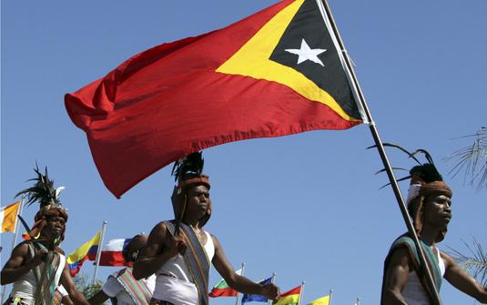 東帝汶人民揮舞著當地國旗。圖片來源:AP