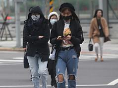 中央氣象局指出,今(7)天持續受到大陸冷氣團以及華南雲雨區影響,北部、東北部濕冷,最低溫約13、14度。