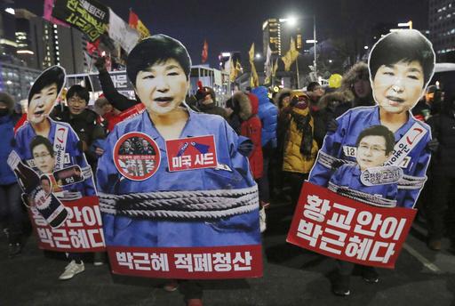 南韓國會在去年12月9日通過彈劾案之後,進入憲法法庭審理的程序,而朴槿惠也立刻遭到停權。(圖片來源:美聯社)