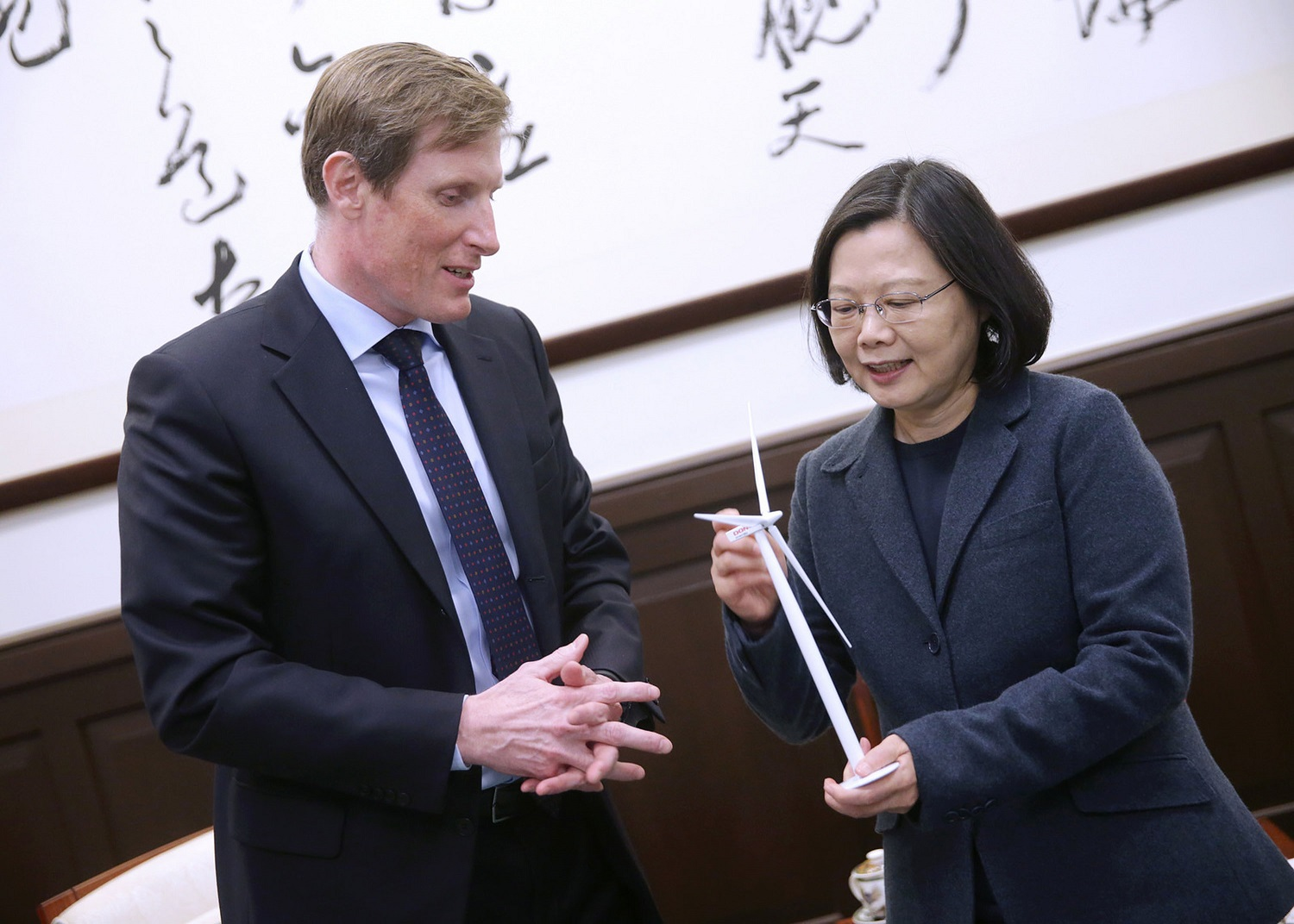 Samuel Leupold, executive at Dong Energy (Left), and President Tsai Ing-wen (蔡英文, right).