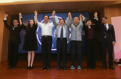 Terry Gou with members of Yonglin Health Foundation