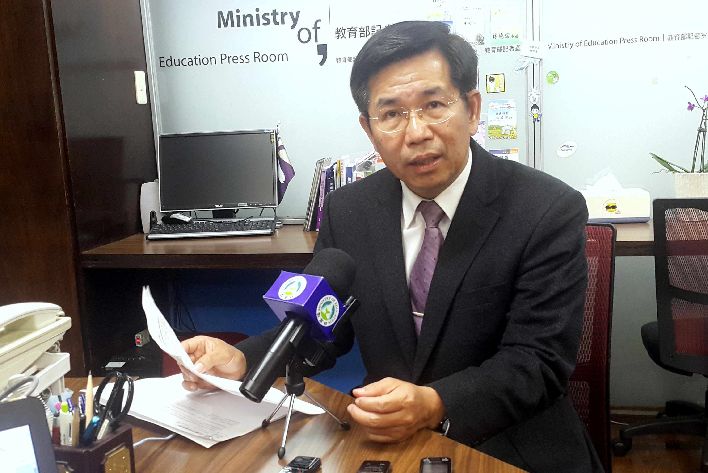 Taiwan's Education Minister Pan Wen-chung (潘文忠) briefed the media on the controversial deals signed between local universities and China.