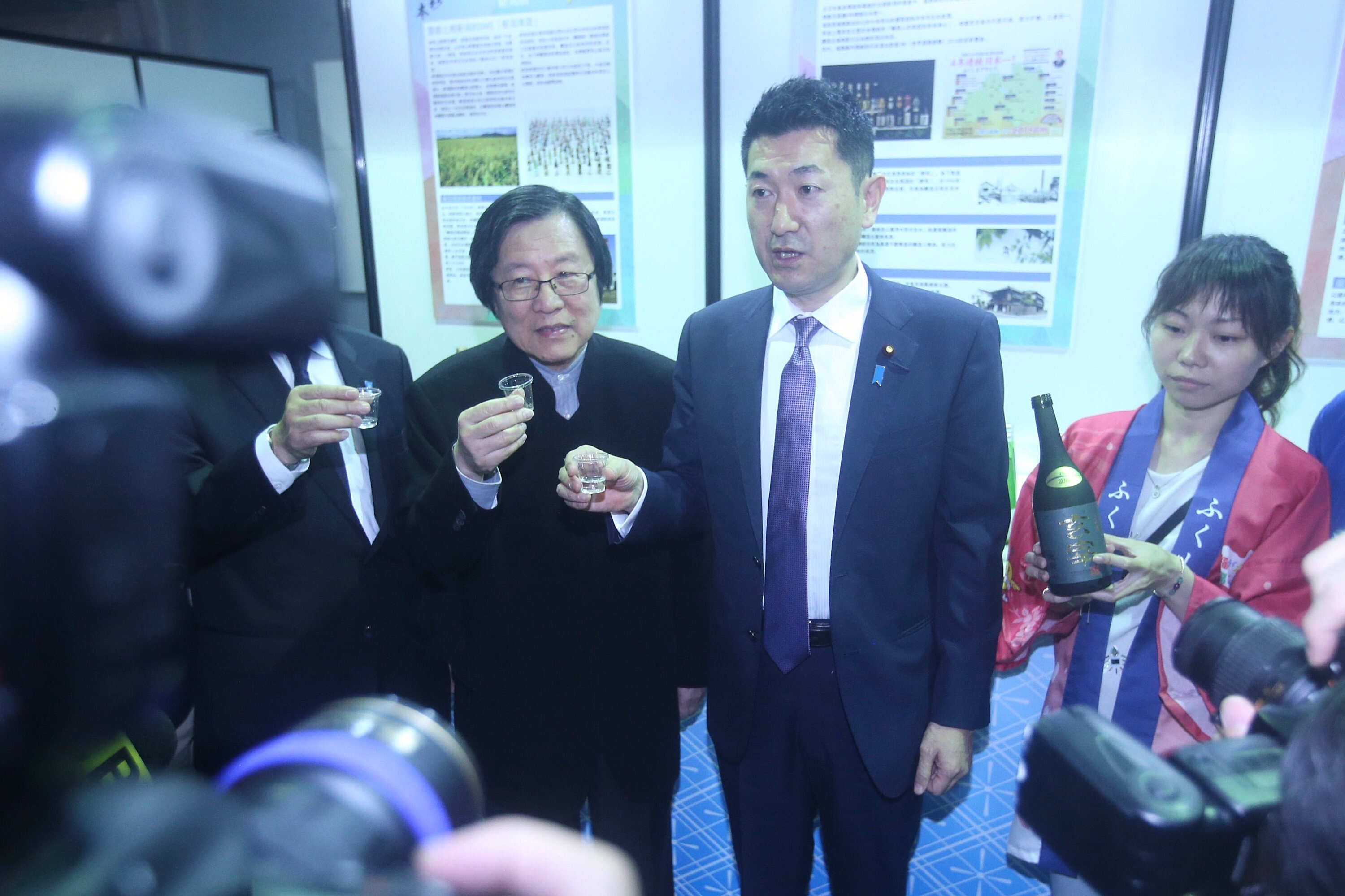 Japan Deputy Minister Akama (right) and Chiou (left)