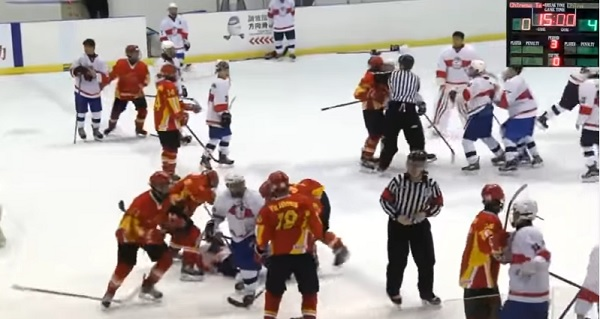 Fight broke out at Taiwan-China hockey game (YouTube user 半瓶醋)
