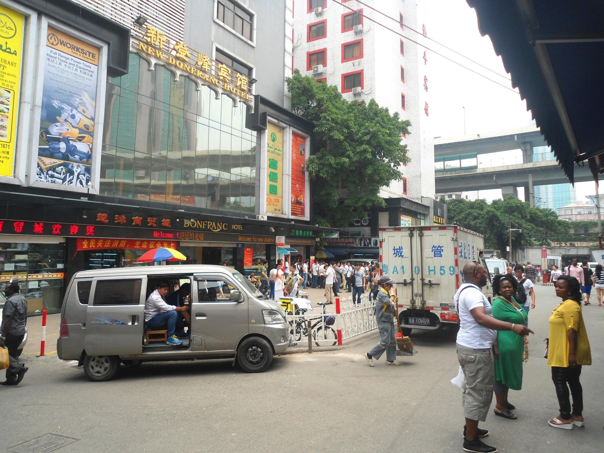 近年來許多非洲移民藉中國改革開放對外國人的「一味遷就」和「三不管」政策的漏洞,紛紛湧向廣東省。