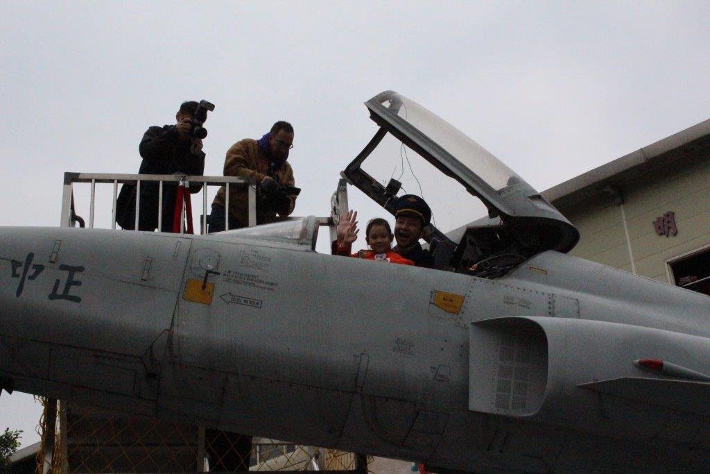 市長與孩子進入F5E戰機的駕駛艙