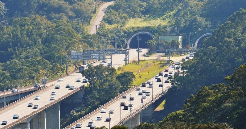 Slow drivers should be warned of a new measure that will begin to be enforced on April 10 in the Hsuehshan Tunnel on National Highway No. 5.