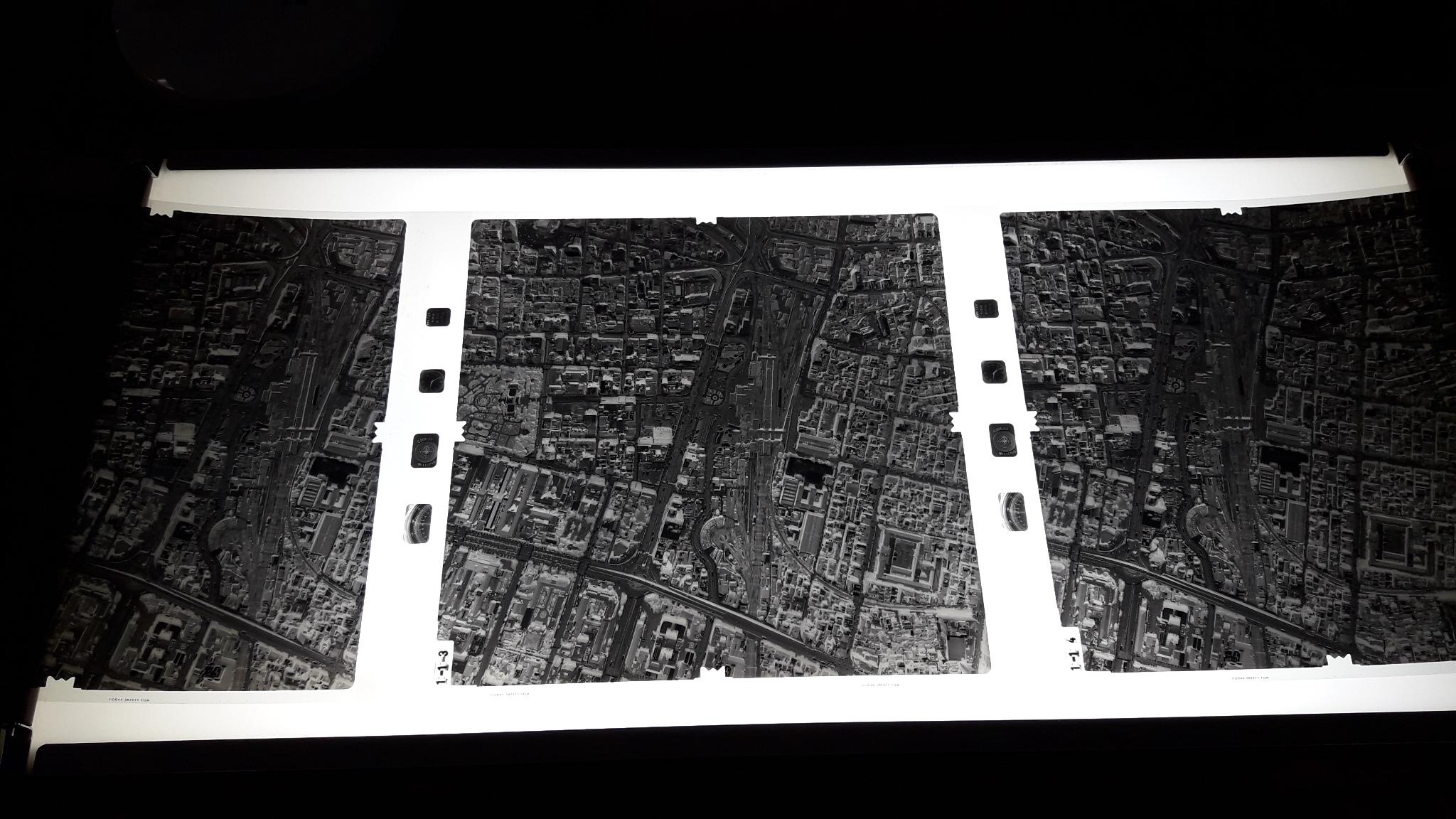 農林航空測量所於記者會現場展示的燈光桌,上面的照片為黑白顛倒。(台灣英文新聞拍攝)
