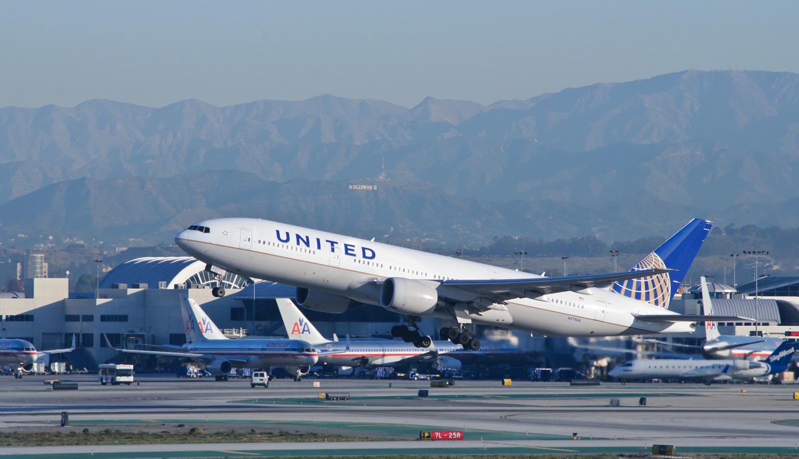 聯合航空公司(UA)因超賣座位強行把華裔醫師拉下飛機恐怕不因膚色或種族有所差別,過去曾有許多強硬對待顧客的行徑。(圖片來源:Wikimed