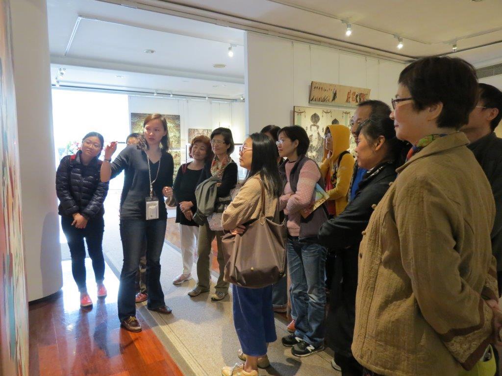 參觀民眾透過專業人員解說,更能領會敦煌藝術的內涵。