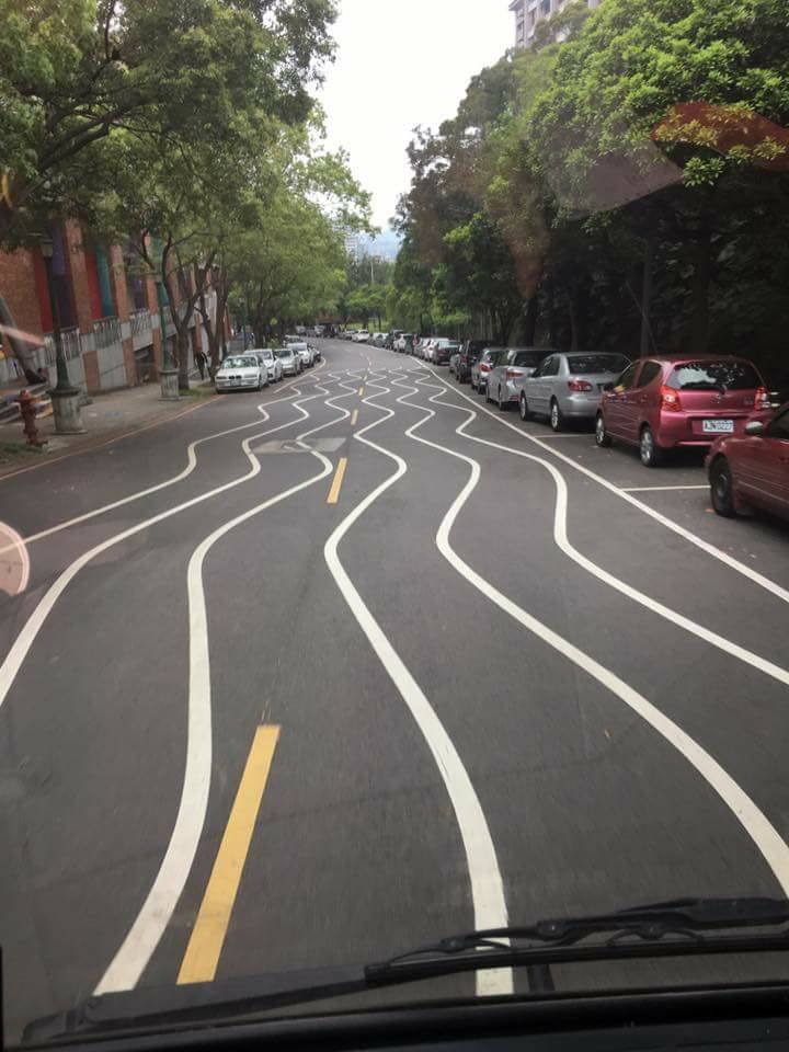 Wavy road lines at Taipei National University of the Arts. (Photo courtesy of Breaking News Commune member Zhouxin Jie)