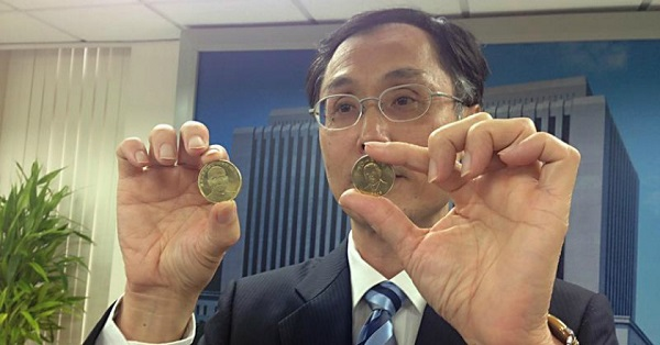Comparing the front face of China's commemorative 5RMB¥ coin and Taiwan's 50NT$ coin