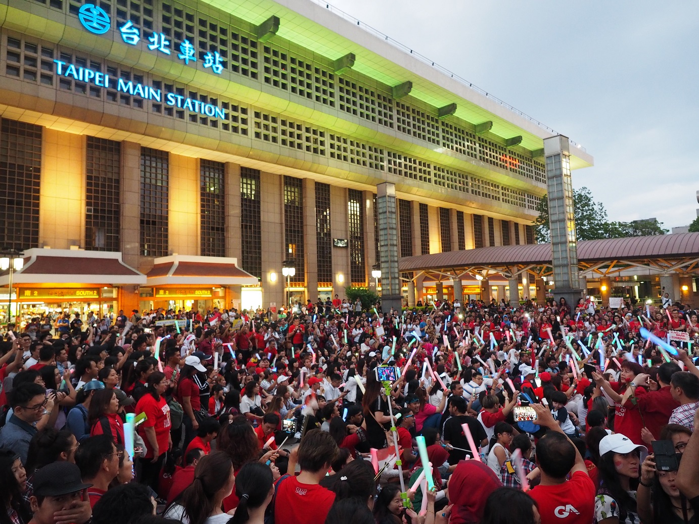 """Thousands of Indonesians rally in front of Taipei Main Station in support of """"Ahok"""""""
