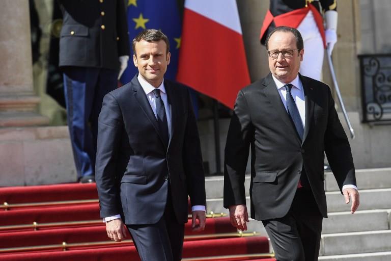 法國新任總統馬克宏(左)與前任總統歐蘭德(右)