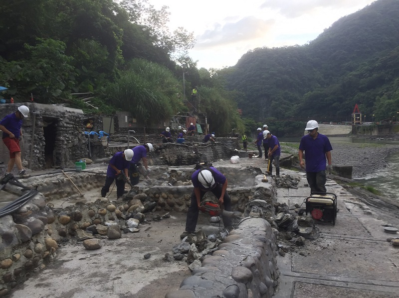 The long-existing free outdoor hot spring facilities in the popular hot spring town of Wulai in northern Taiwan are now a memory of the past for many