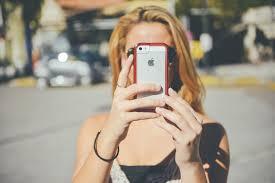 社群媒體是造成此種心理失落感的原因,包括焦慮、沮喪、失眠等。(圖片來源:pexels)