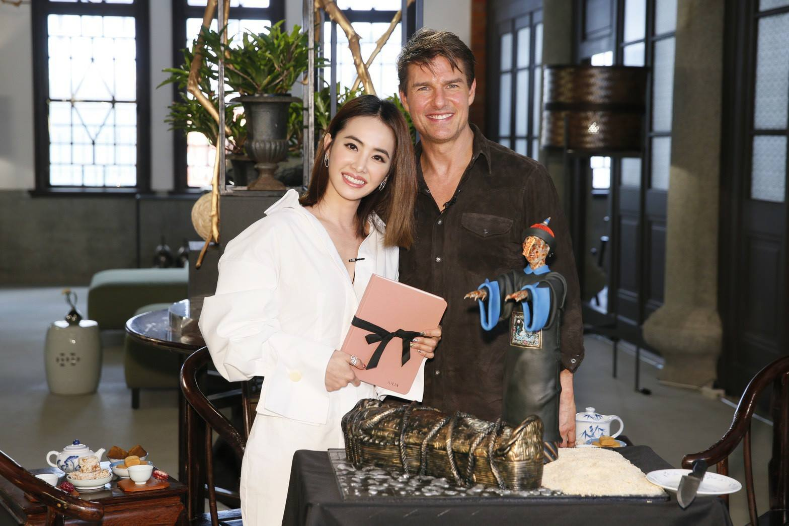 Tom Cruise with Jolin Tsai and her cakes (photo from Jolin's Facebook).