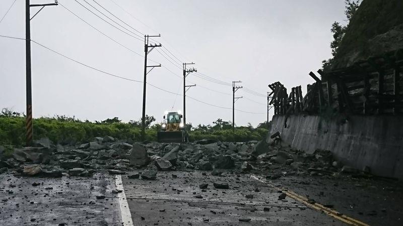 中橫公路台8線164公里洛韶路段,28日晚間落石坍方雙向受阻,經搶修目前已可通行;蘇花公路台9線112.6公里災點持續落石,預定延至下午3