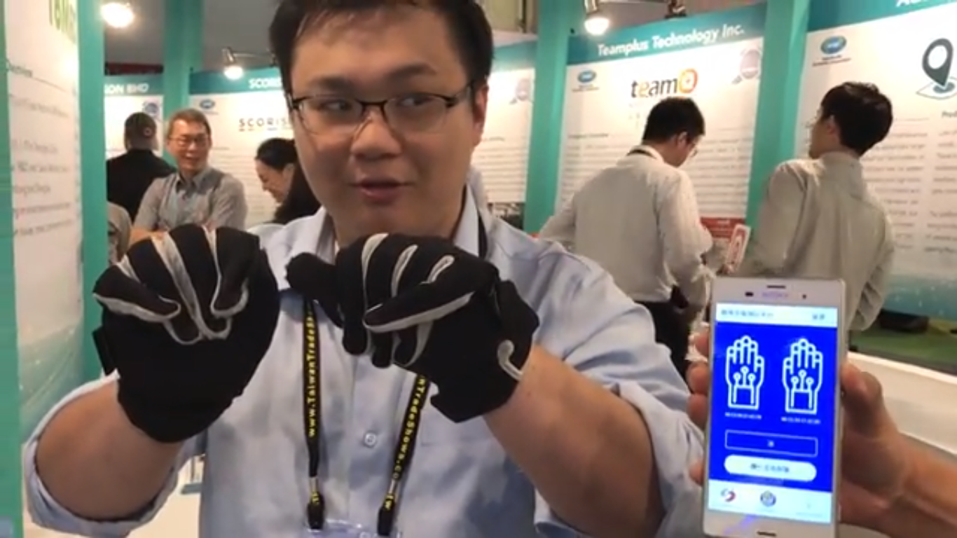 Ben Chen, the Project Manager of Taiwan Yingmi Technology demonstrates sign language translator.