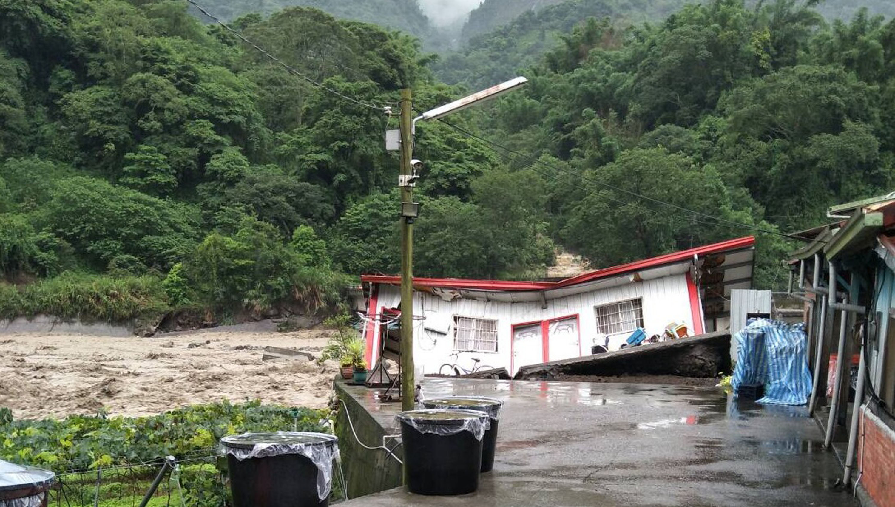 8 homes destroyed by flooding in Xinyi Township, Nantou County.
