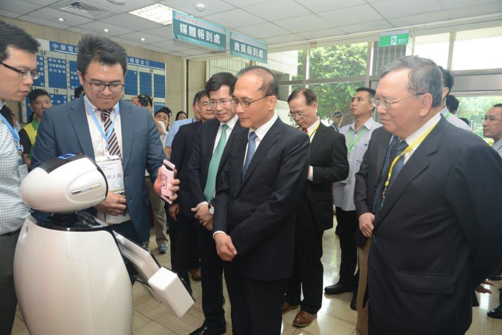林全院長與中華電信機器人ibobby互動 (照片由中華電信提供)