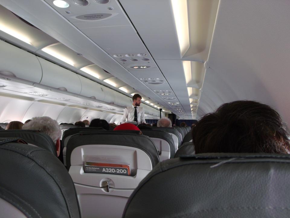 飛機上這個地方幾乎未消毒過 空服員揭露「空中小祕密」