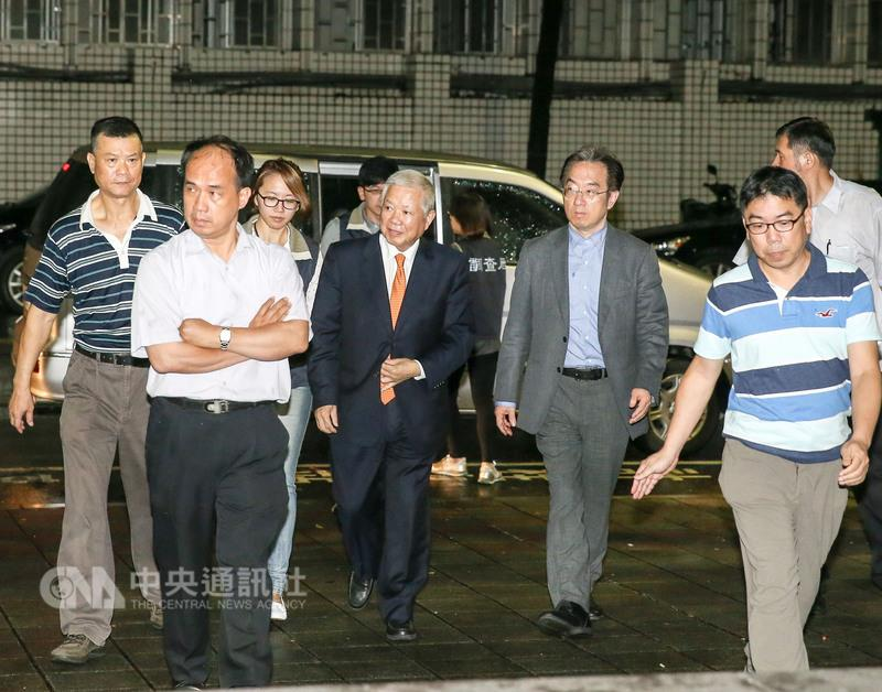 SinoPac Chairman Ho Show-chung (center, in suit and tie) under investigation.