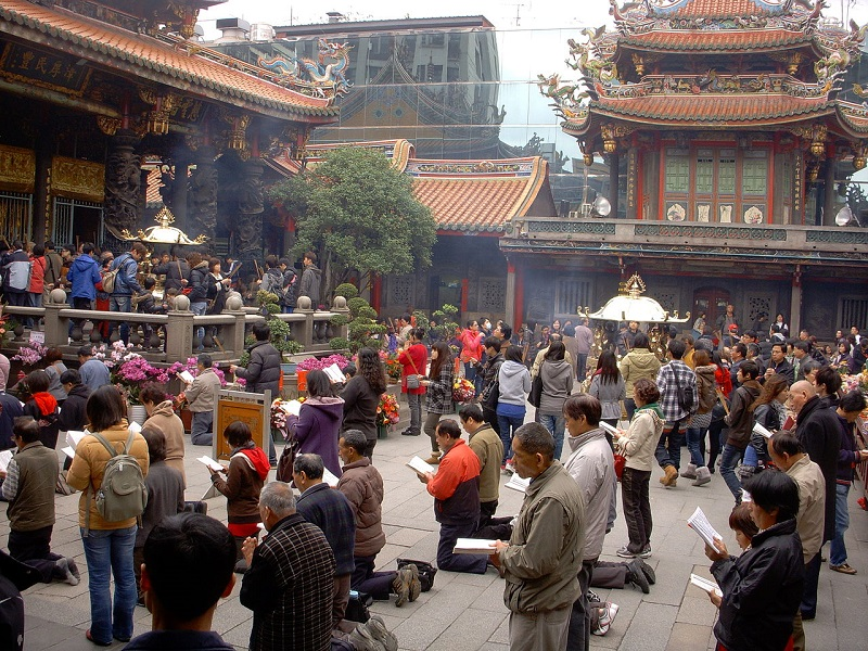 Authorities of Longshan Temple in Taipei City announced on July 19 that only one incense burner will remain in the temple.