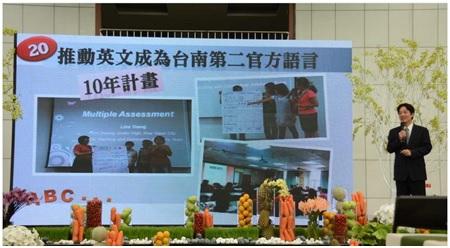 台南市府人力中心去年度首度辦理英語口語簡報菁英班,今年度再接再厲辦理培訓,成果展演當天,學員英語口語簡報能力「脫胎換骨」。 (台南市府提供