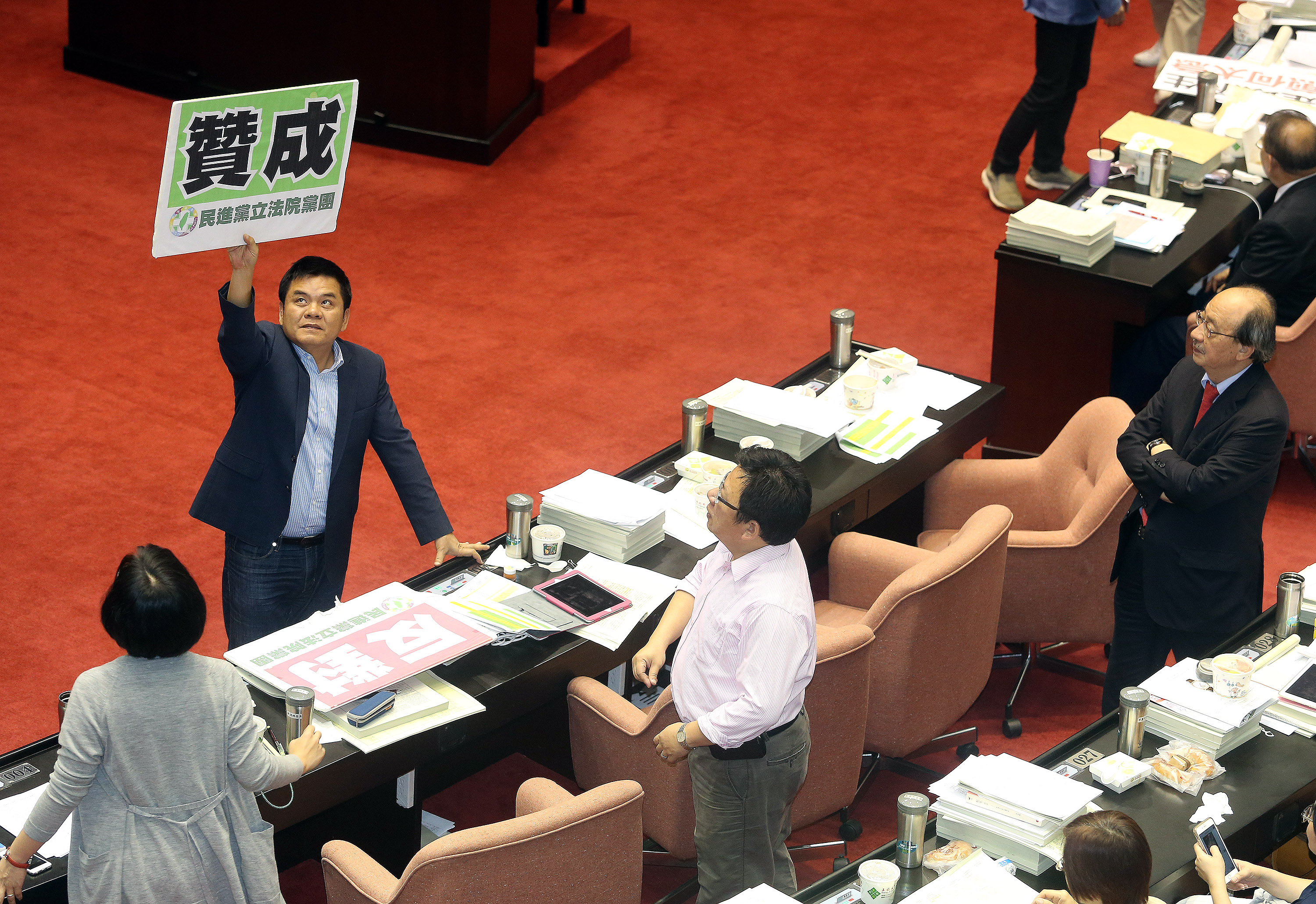 A DPP lawmaker shows his support for doing away with the 18-percent rate.