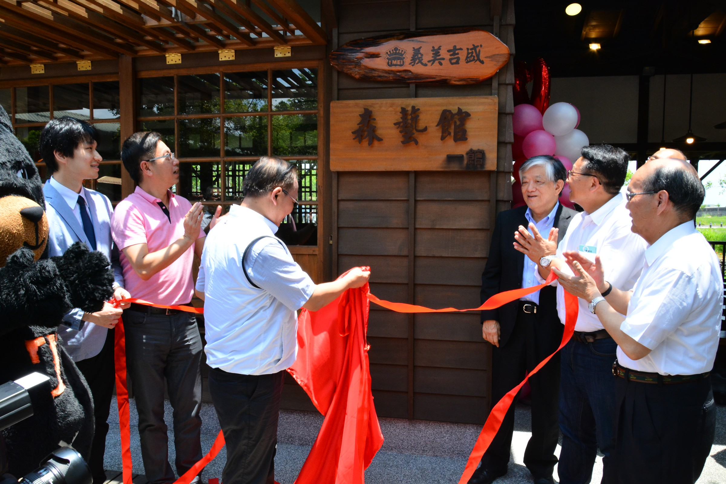 Minister of Agriculture Lin Tsong-Hsien (left) and I-Mei Gourmet Supplier Co. Chairman Luis Ko (right)