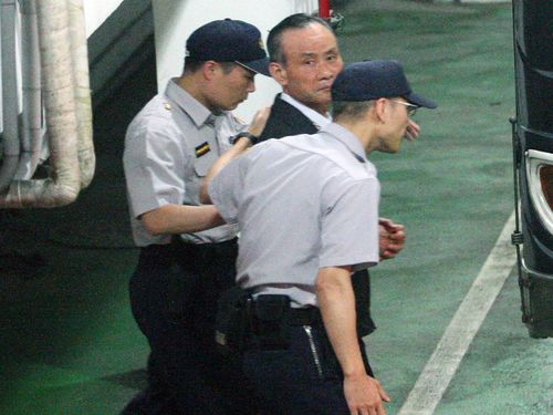 經漏夜偵訊後,趙藤雄與周勝考今(30)日上午9時許遭檢方依貪污治罪條例罪聲請羈押禁見。